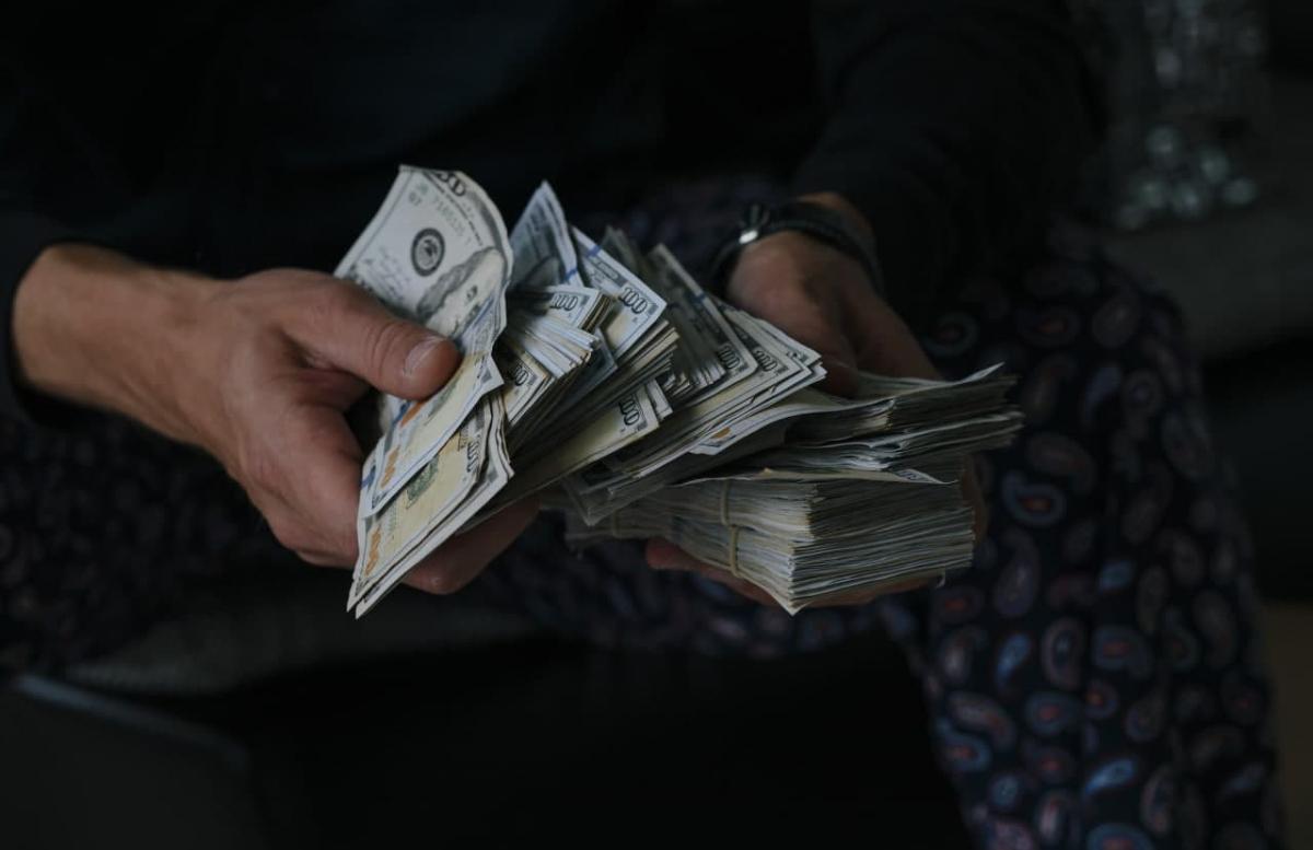 Доллар опять подешевел