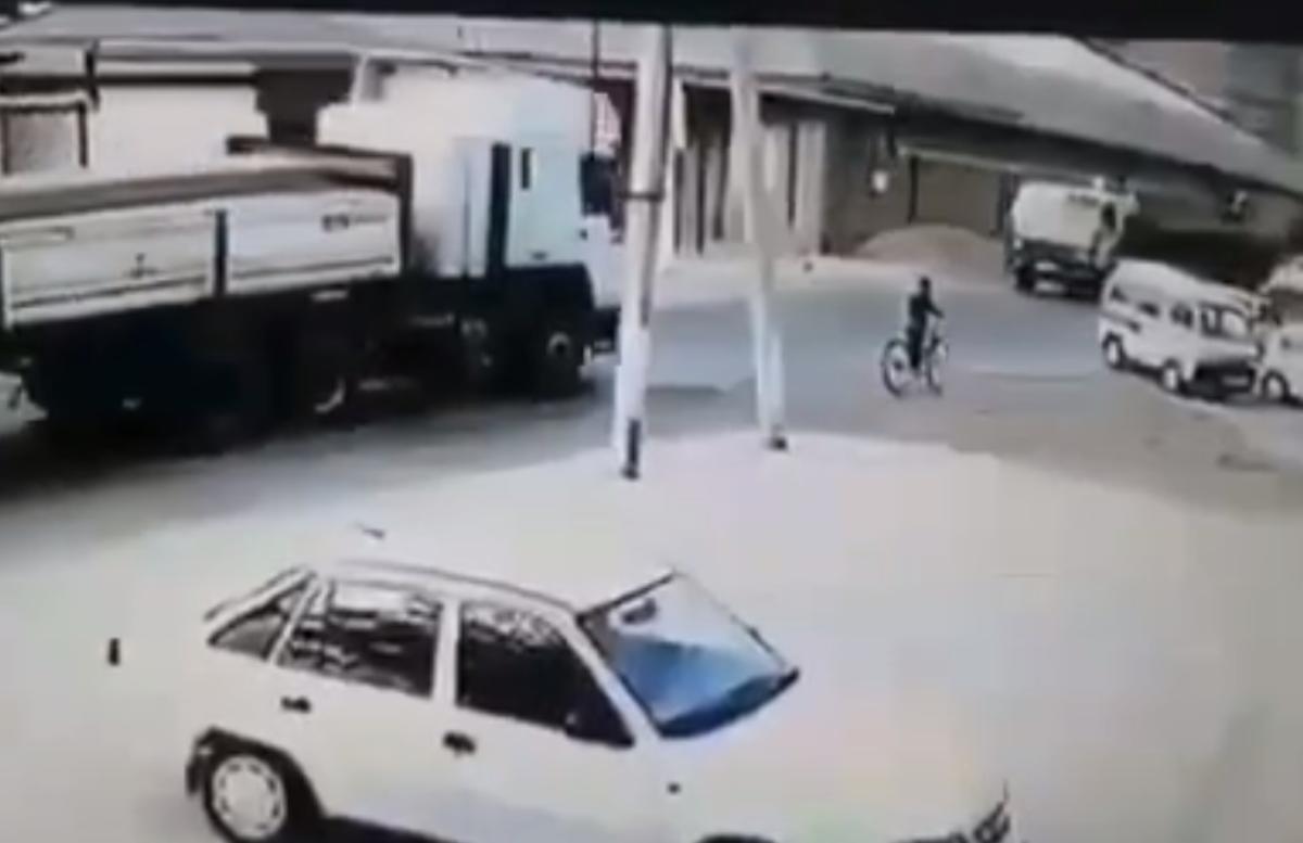 В Ташобласти ребёнок на велосипеде угодил под колёса грузовика — видео