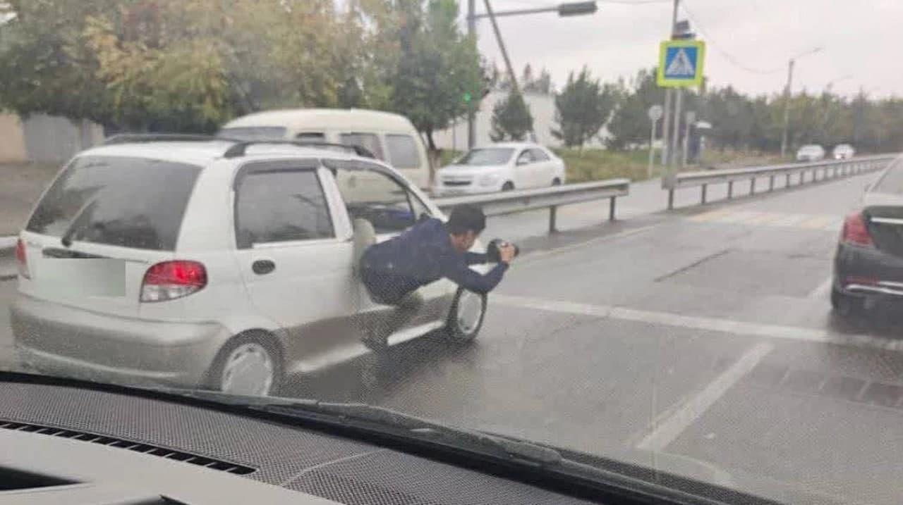 В Ташкенте оштрафовали оператора, высунувшегося из окна авто ради съемки свадебного кортежа