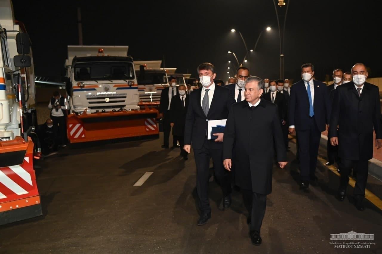 Президент посмотрел на новую дорогу, построенную в Ташкенте