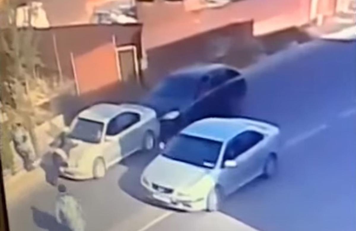 Кыргызстанец прокатил свою жену на капоте машины и забрал ребенка — видео