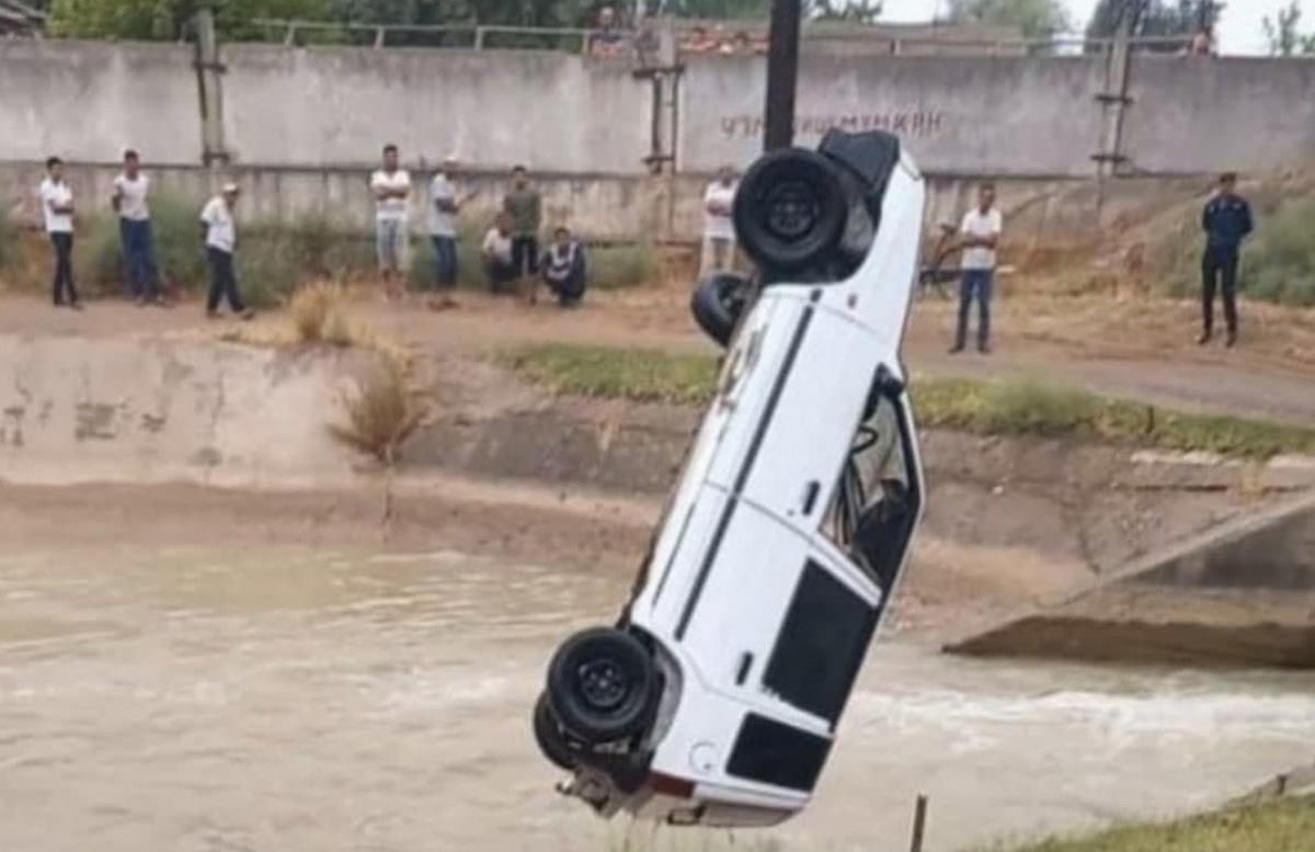 В Андижанской области автомобиль Tico свалился в канал: есть погибшие