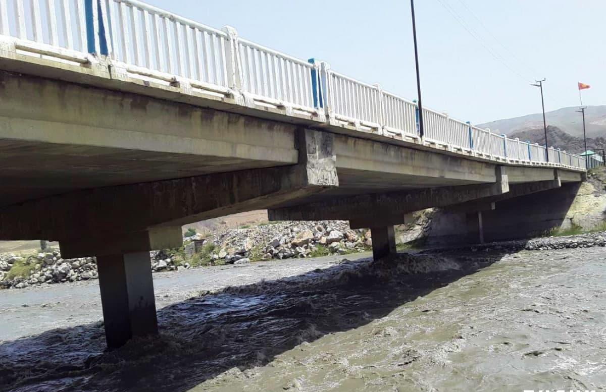 В Фергане заблокировали транспортное движение по мосту над рекой Сох