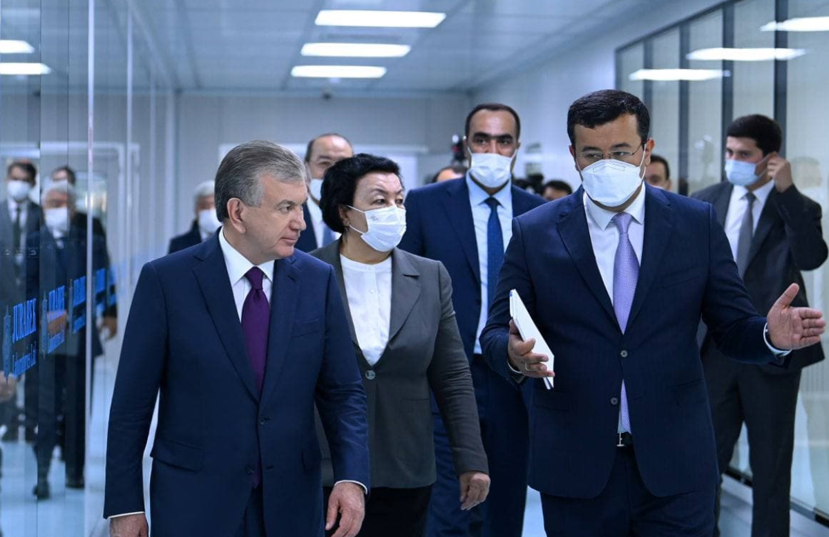 Шавкат Мирзиёев посетил лабораторию по производству вакцин от коронавируса