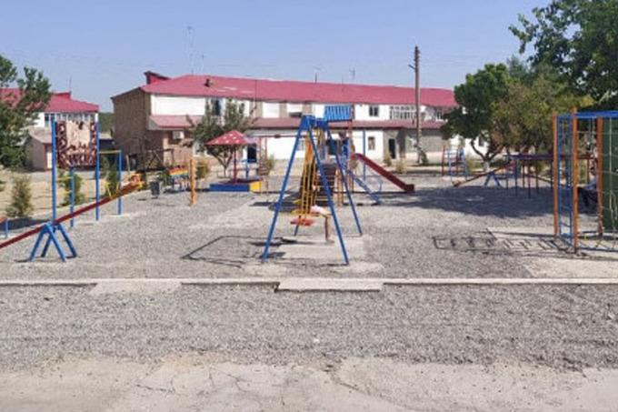 В Ташобласти убрали постеленный газон на детской площадке после открытия