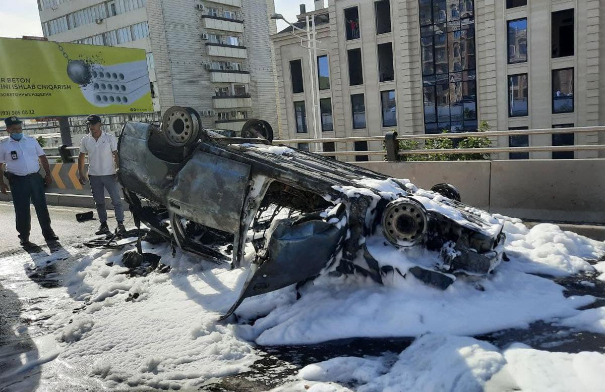 В Ташкенте водитель потерял управление и перевернулся: автомобиль сгорел — видео
