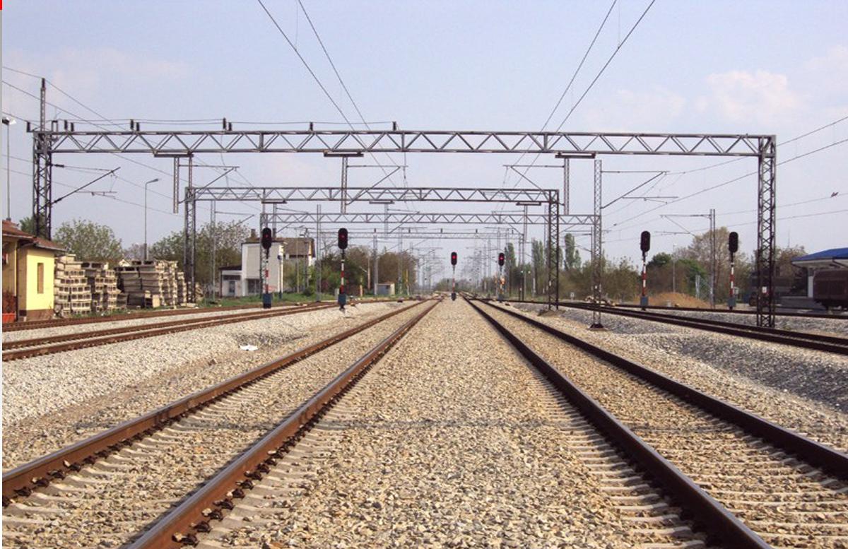 Прилег между рельсами: В Ферганской области поезд проехал над мужчиной