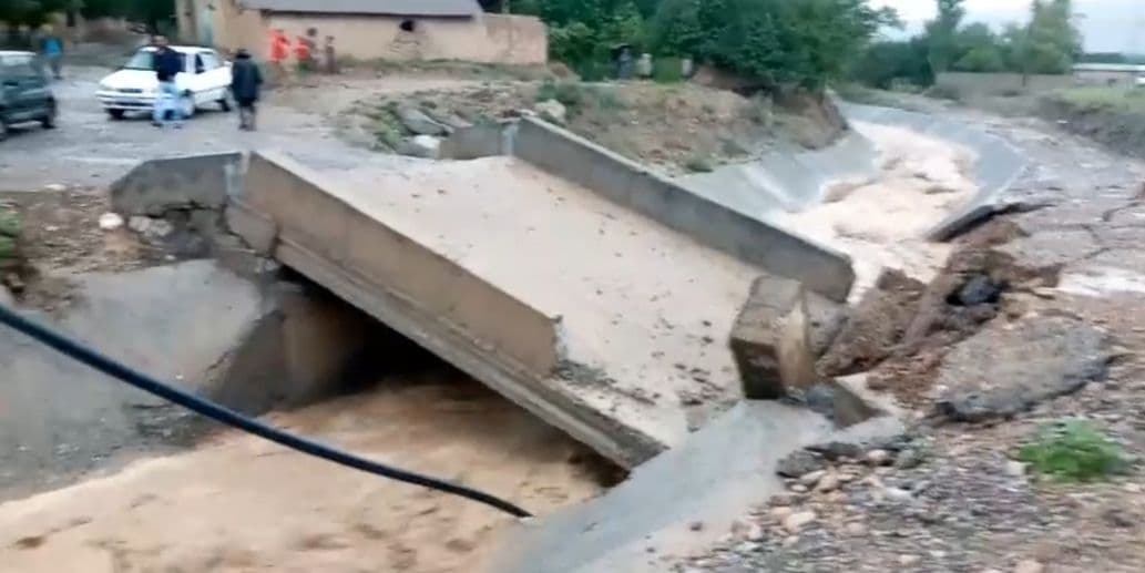 В одном из районов Ферганской долины из-за селевых потоков повредился мост