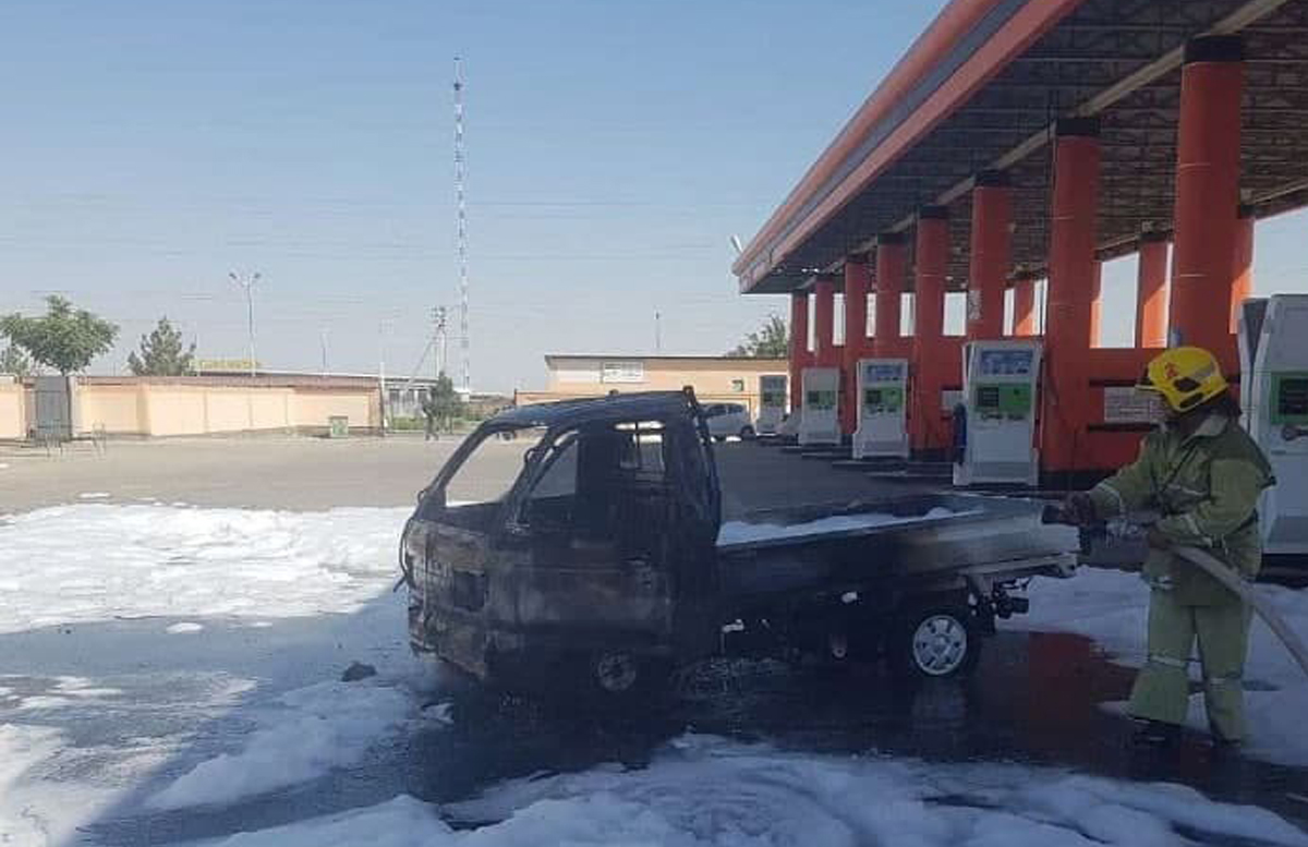 Заправился и загорелся: В Навои на автозаправке «вспыхнул» автомобиль