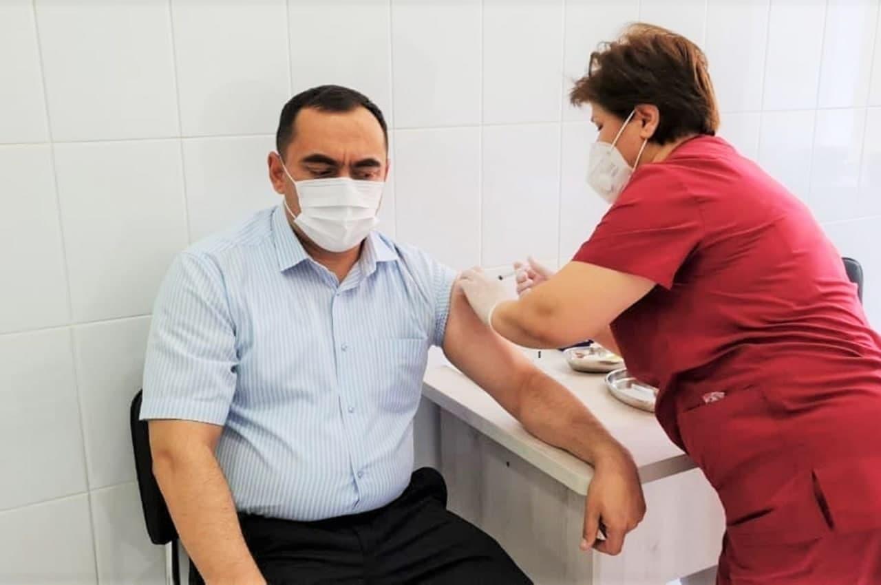 Министр высшего образования получил второй компонент вакцины от коронавируса