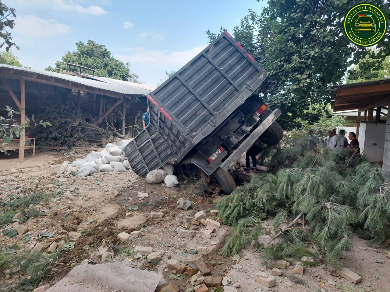 В Андижане грузовик столкнулся с Lacetti и протаранил стену жилого дома
