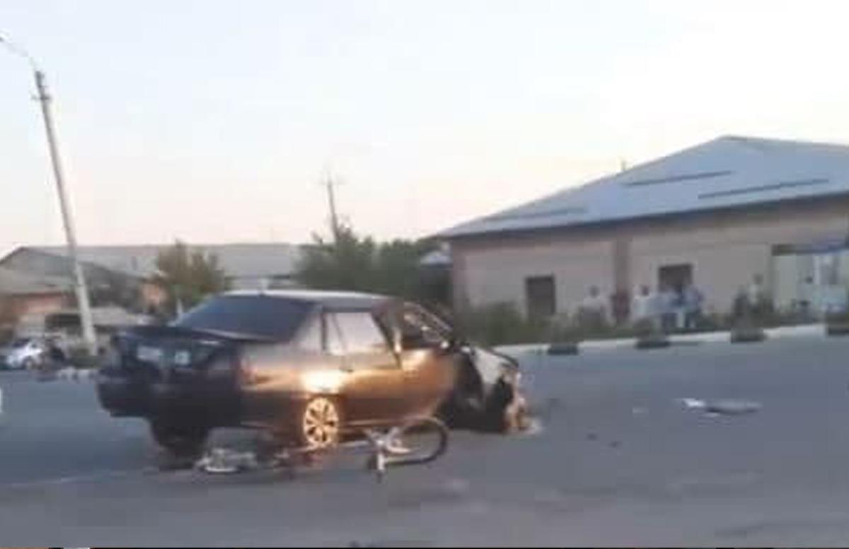 В Каракалпакстане столкнулись две Nexia и «зацепили» велосипедиста: