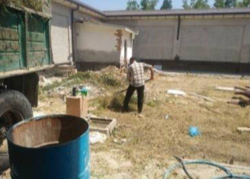 В Андижане прокурор заставил сотрудников управления благоустройства убираться в своём огороде