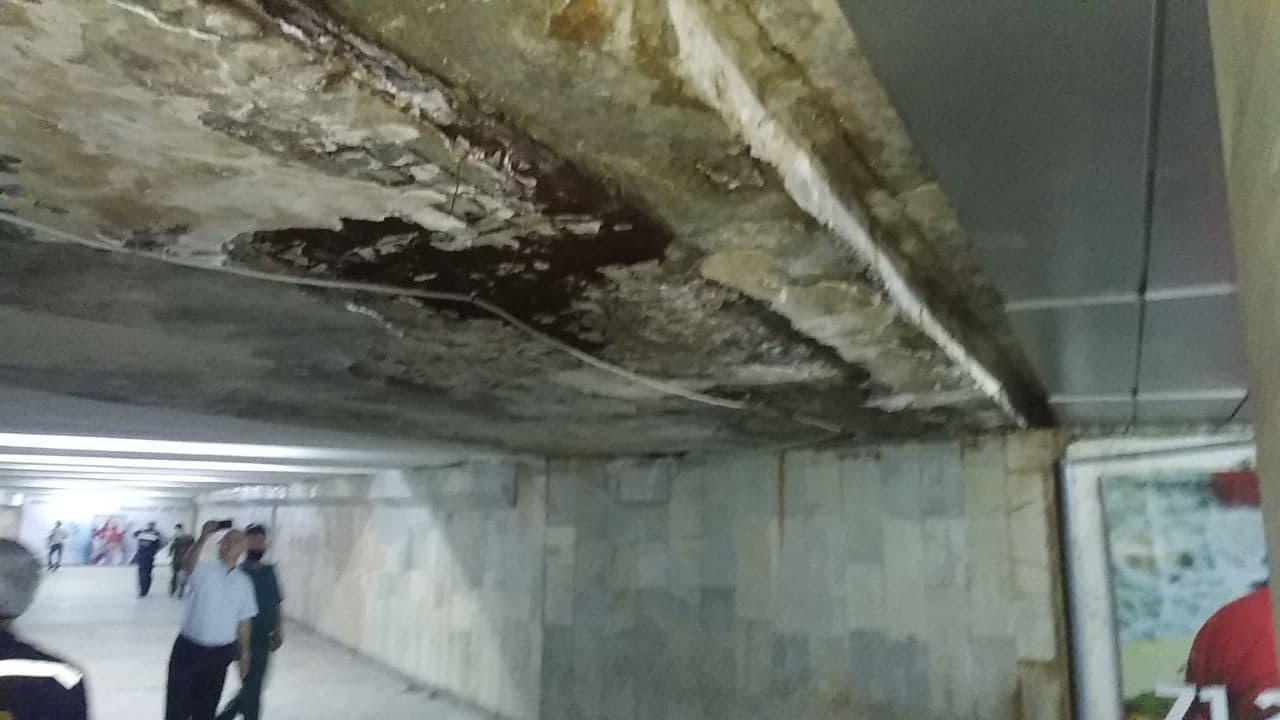 В подземном переходе у станции метро «Буюк ипак йули» обрушилась часть потолка