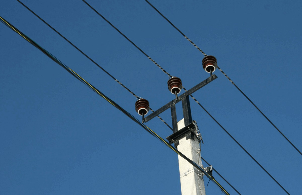 В Навои молодой парень забрался на столб электропередачи и получил смертельный удар током