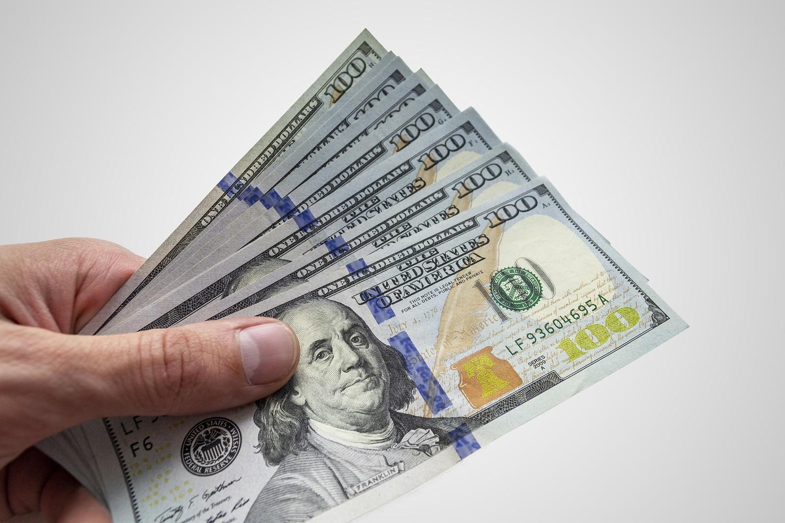 Доллар падает, евро крепнет — обновленный курс валюты