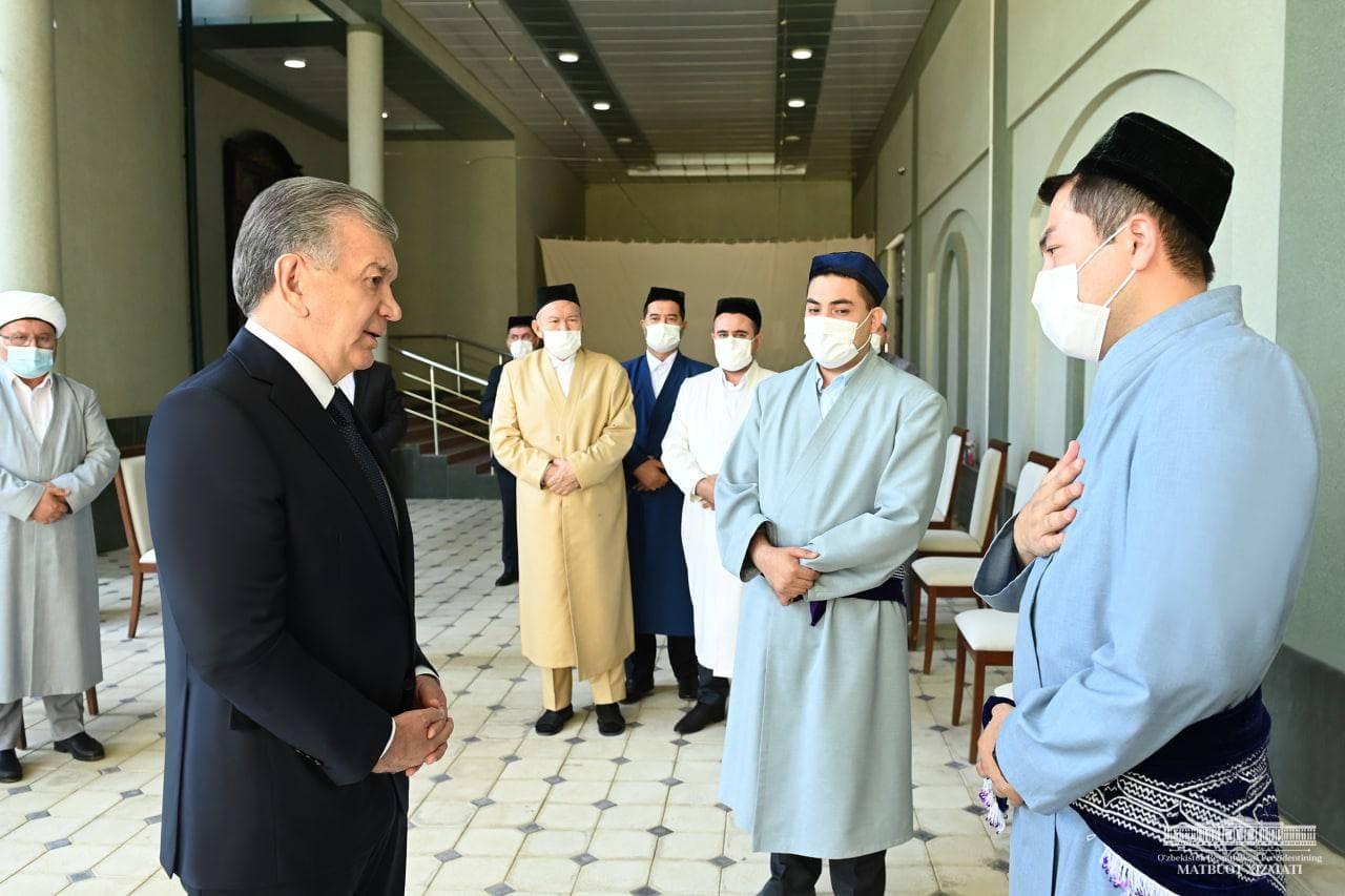 Шавкат Мирзиёев посетил дом покойного муфтия Усмонхона Алимова и выразил соболезнования его семье