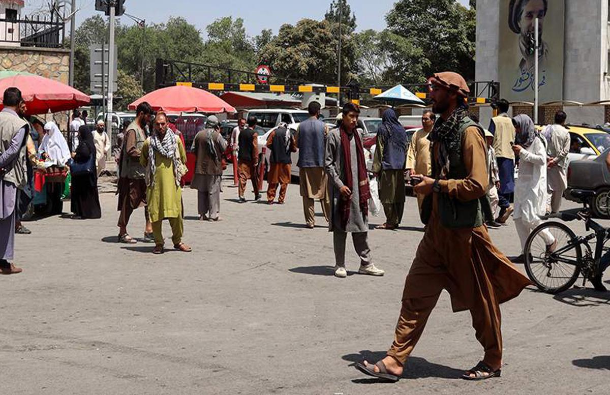 В Афганистане талибы открыли стрельбу по устроившим митинг в поддержку национального флага