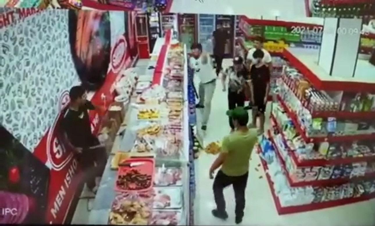 В Карши группа вооруженных битами людей напала на продавца супермаркета