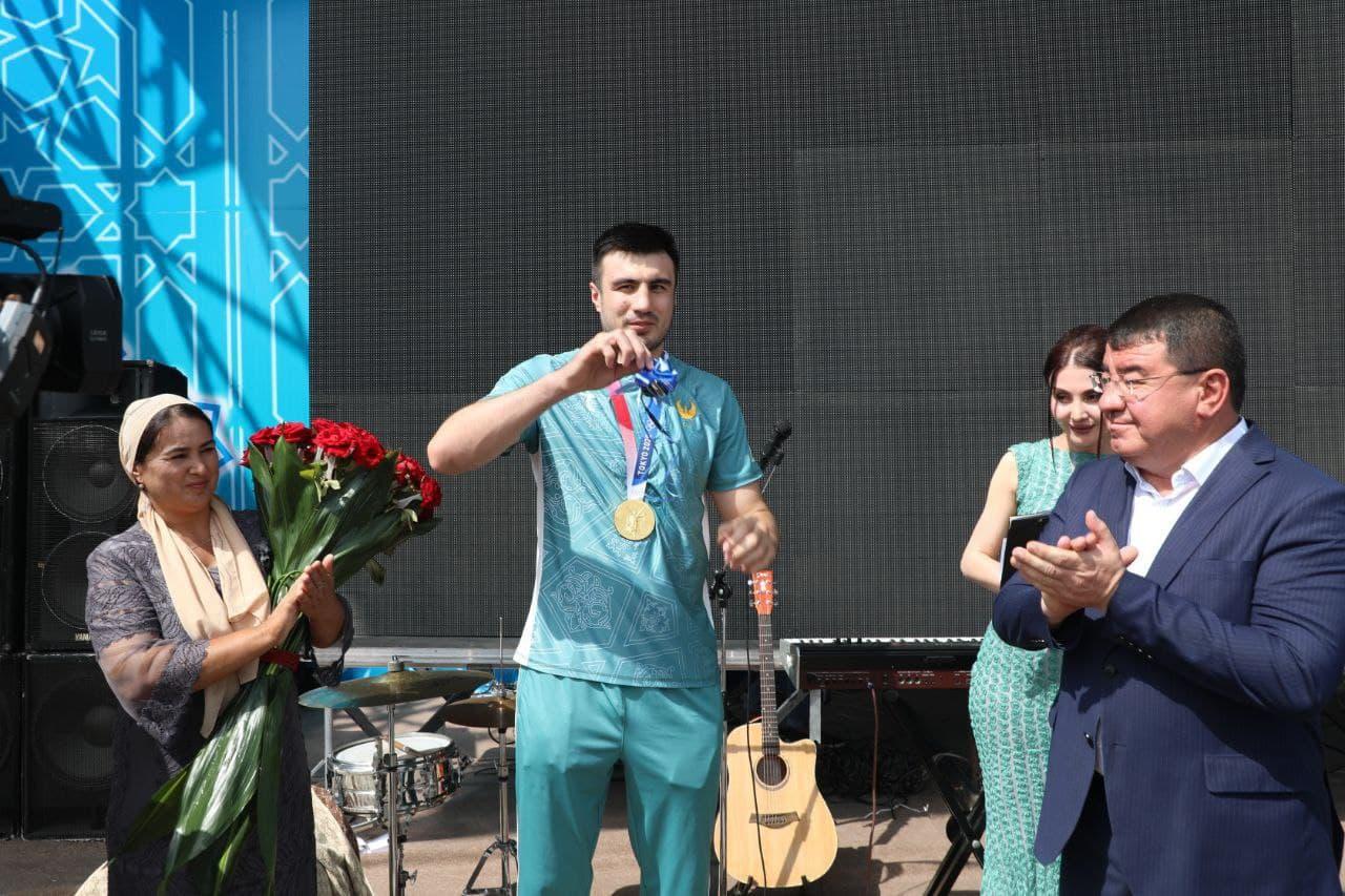 Хоким Сурхандарьинской области вручил Баходиру Жалолову ключи от внедорожника «Шкода»