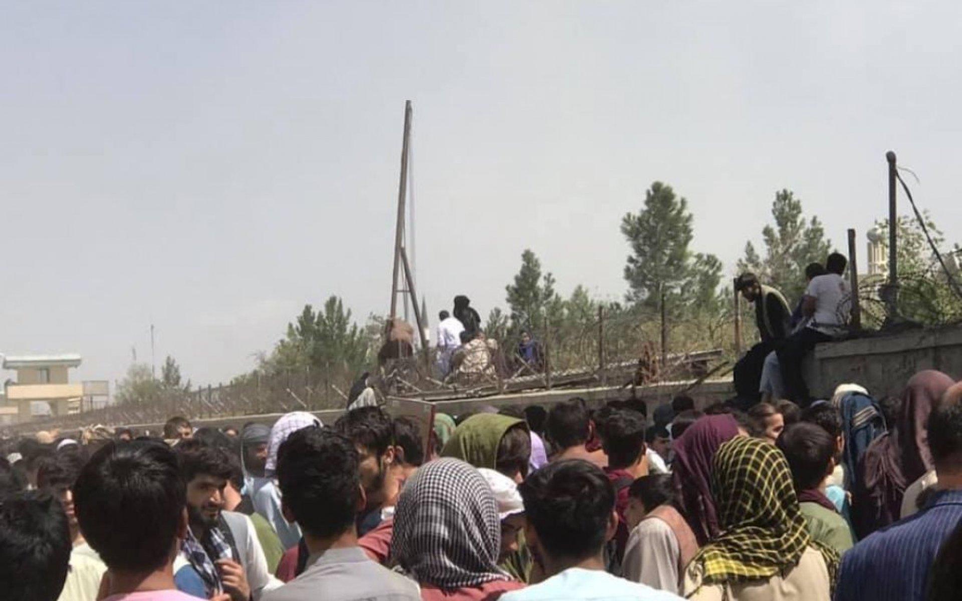 Лидер Исламской партии Афганистана назвал «срежиссированной драмой» ситуацию с тысячами беженцев в аэропорту Кабула
