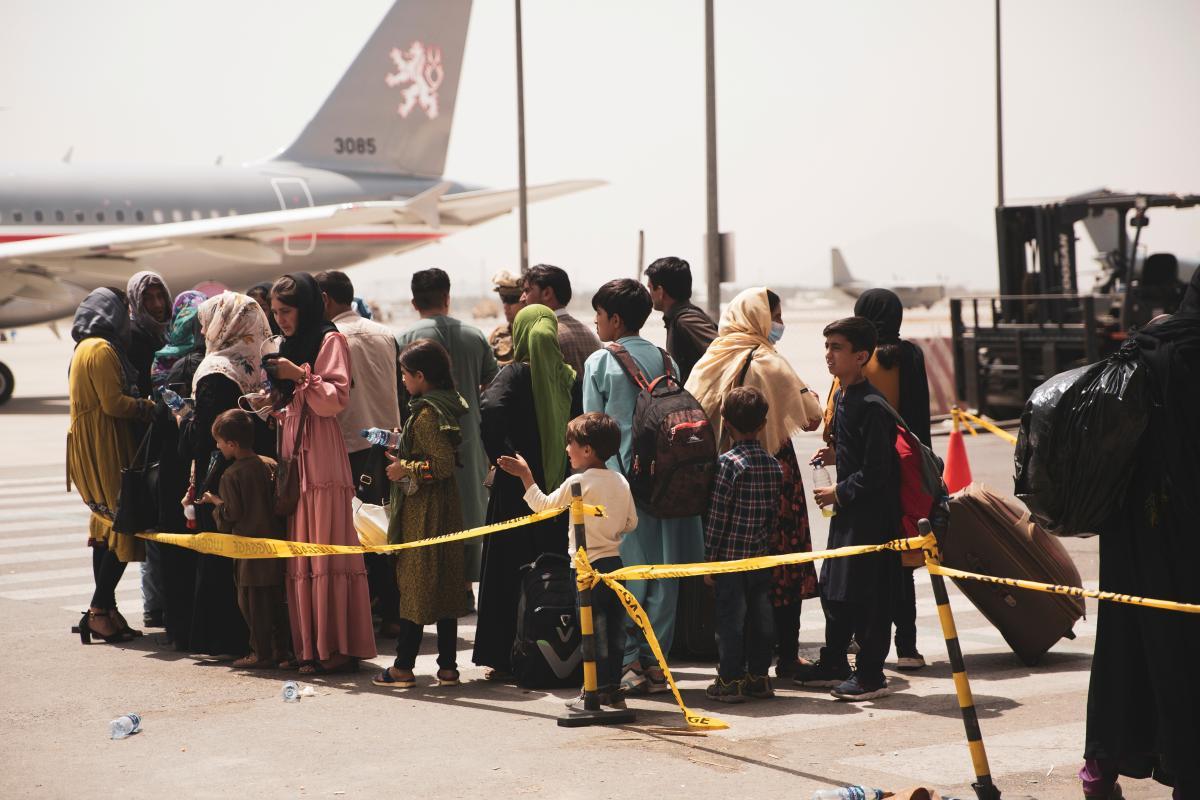 США проверят на коронавирус всех эвакуированных из Афганистана