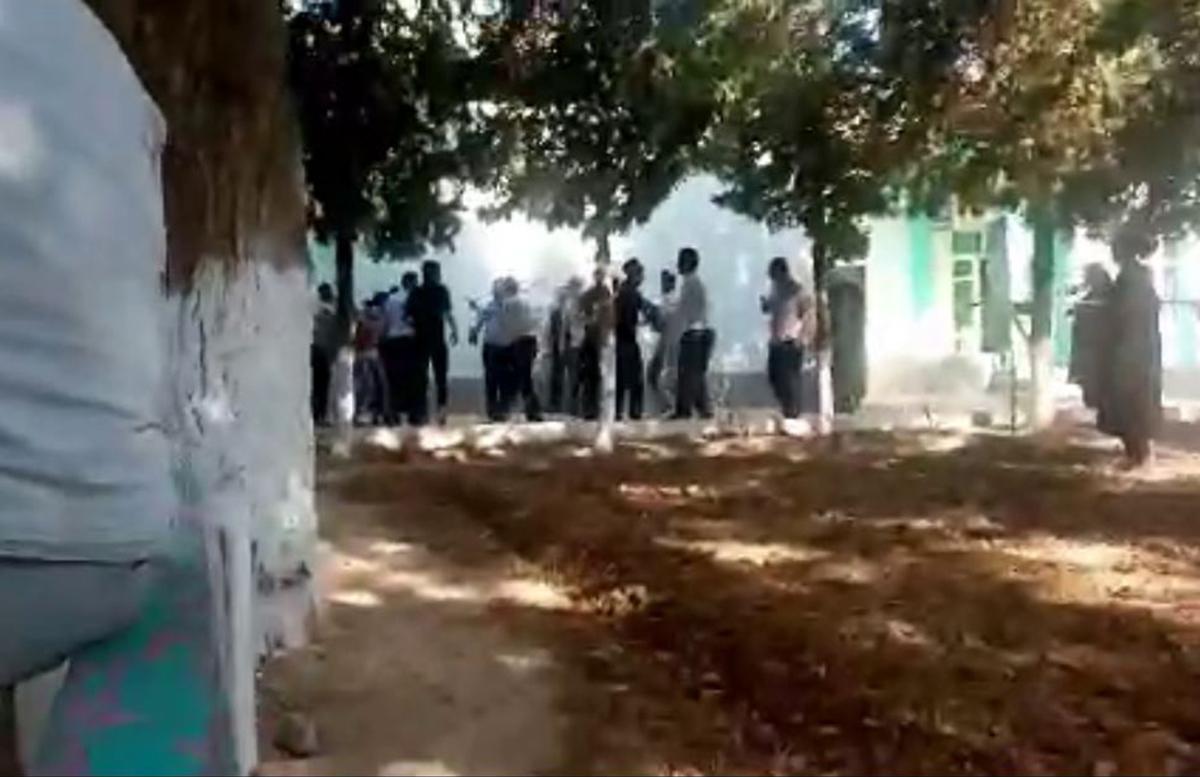 В Сурхандарье четыре учителя избили своего коллегу — видео