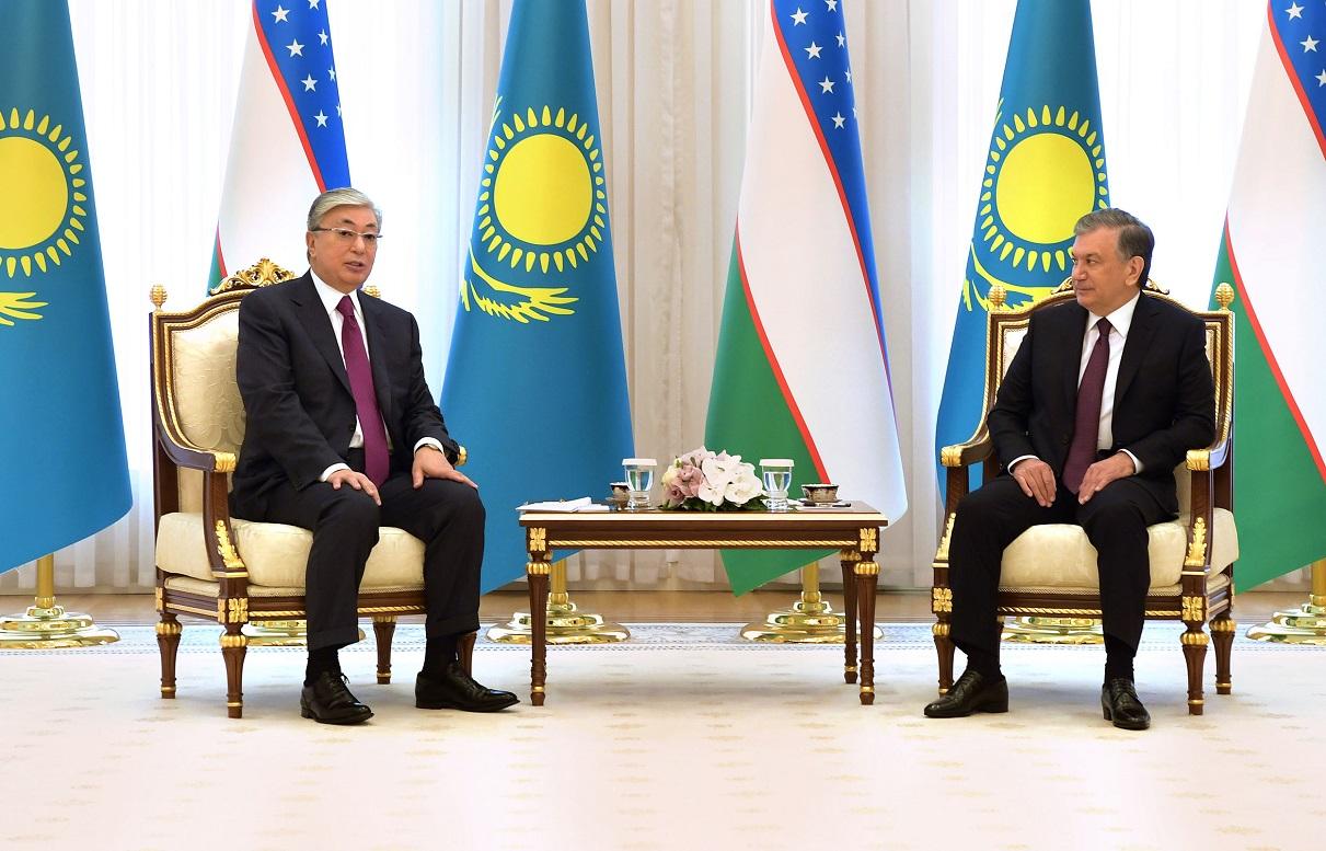 Мирзиёев выразил соболезнования президенту Токаеву по поводу взрывов на военном складе в Казахстане