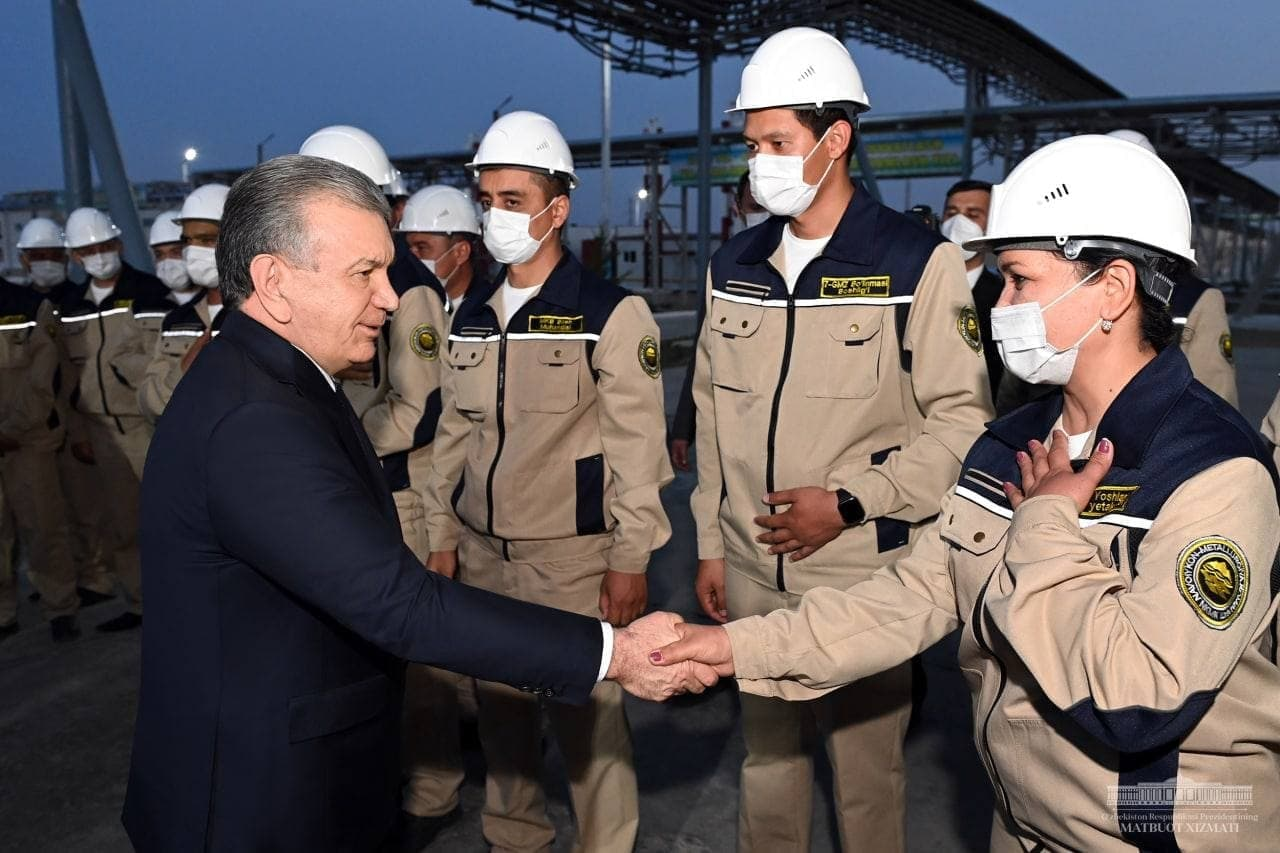 Президент осмотрел завод по переработке техногенных отходов и побеседовал с людьми