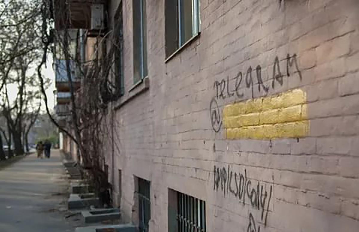 В Ташкенте молодые парни наносили рекламу наркотиков на стены жилых домов