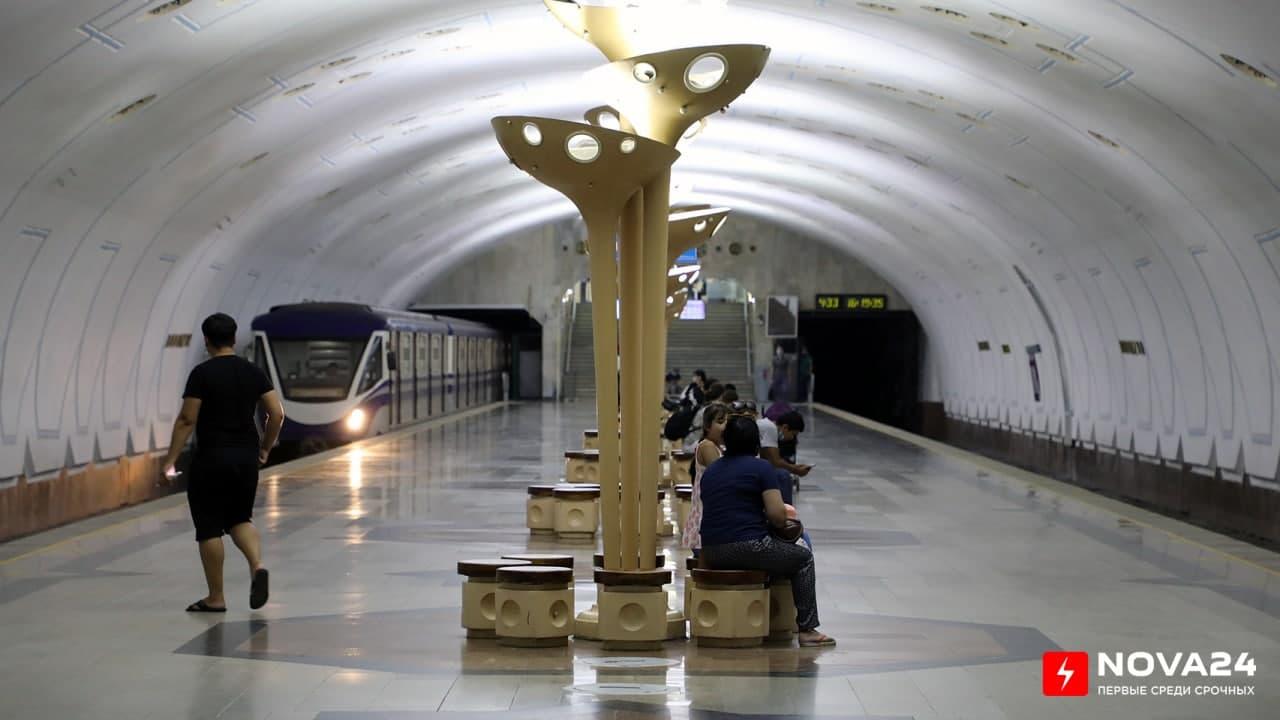 В столичном метро снова остановился поезд