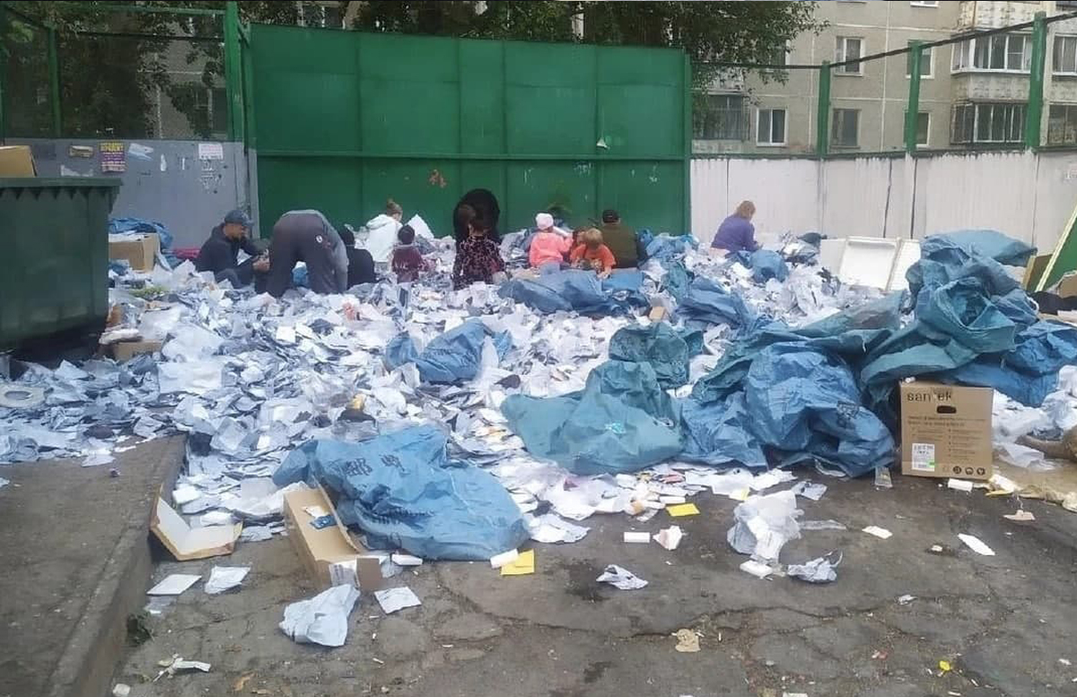 На помойке в Екатеринбурге оказались несколько мешков с посылками из Узбекистана