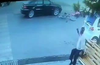 Mercedes Benz сбил девочку на велосипеде, проезжавшую по пешеходному переходу — видео