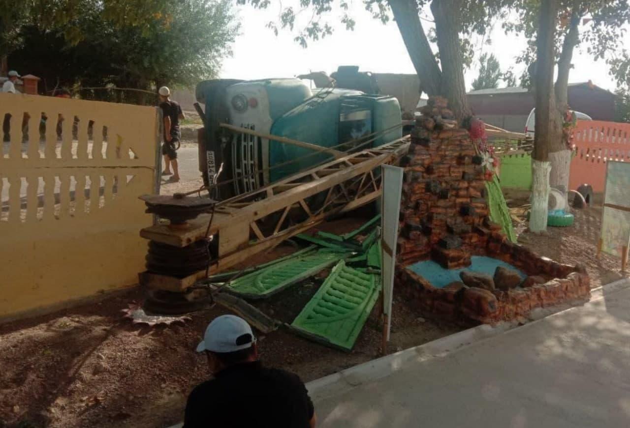 В Ташкентской области водитель грузовика «протаранил» стену детского сада