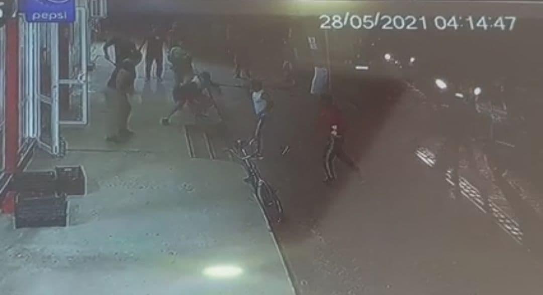 В Узбекистане толпа вооруженных ножами напала на спортсмена — видео