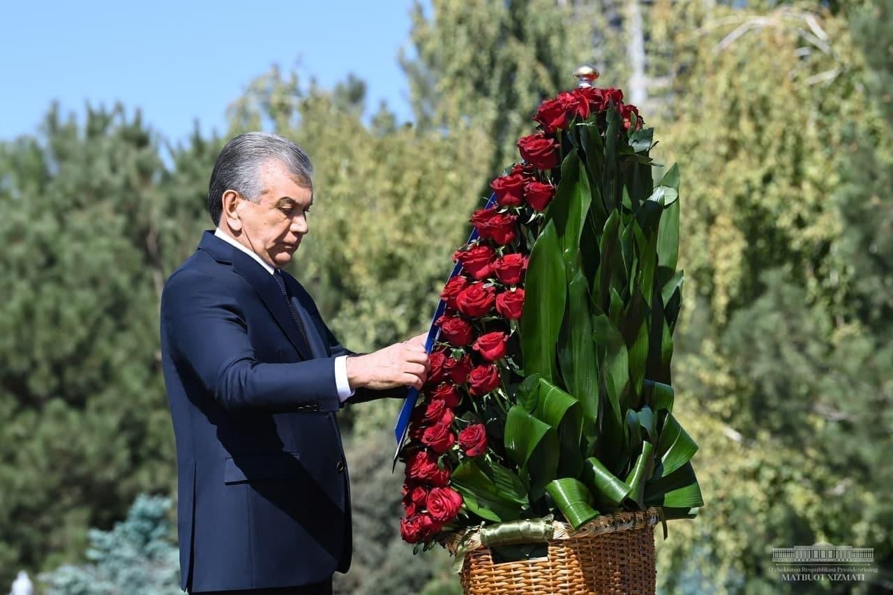 Шавкат Мирзиёев возложил цветы к подножию памятника Ислама Каримова