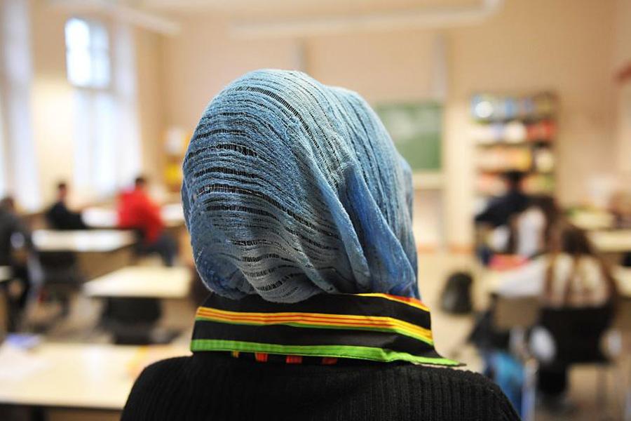 В Узбекистане девочкам разрешили ходить в школу в национальном платке