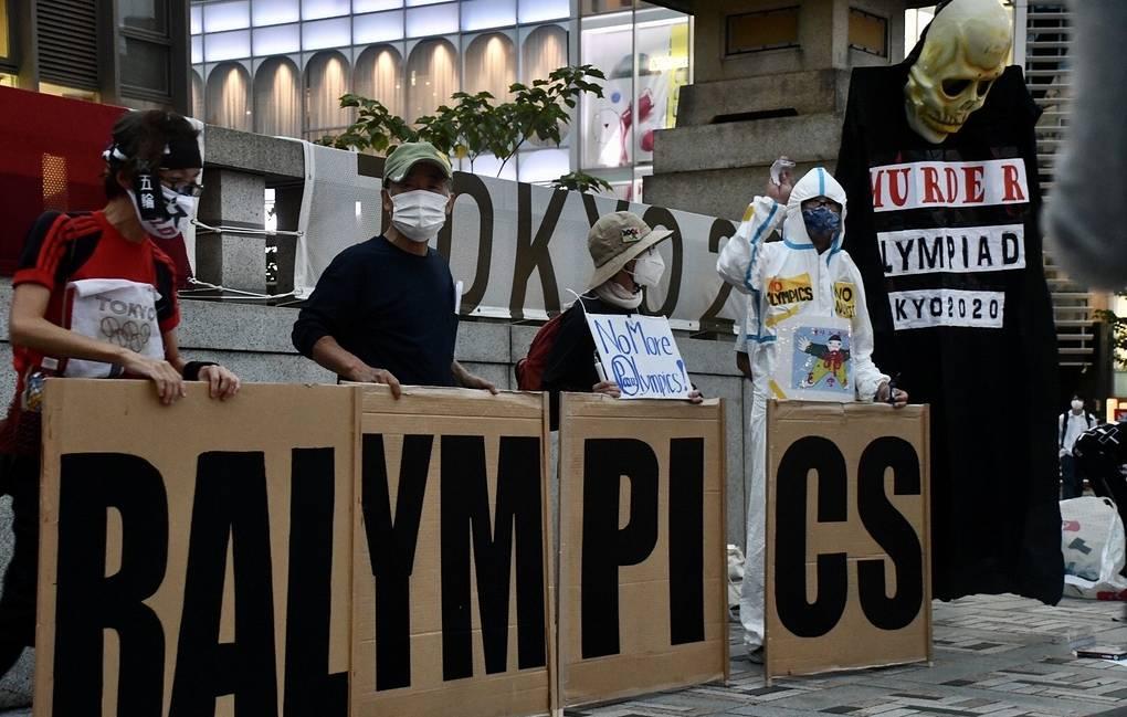 В Токио на фоне закрытия Паралимпиады прошла акция протеста против олимпийского движения