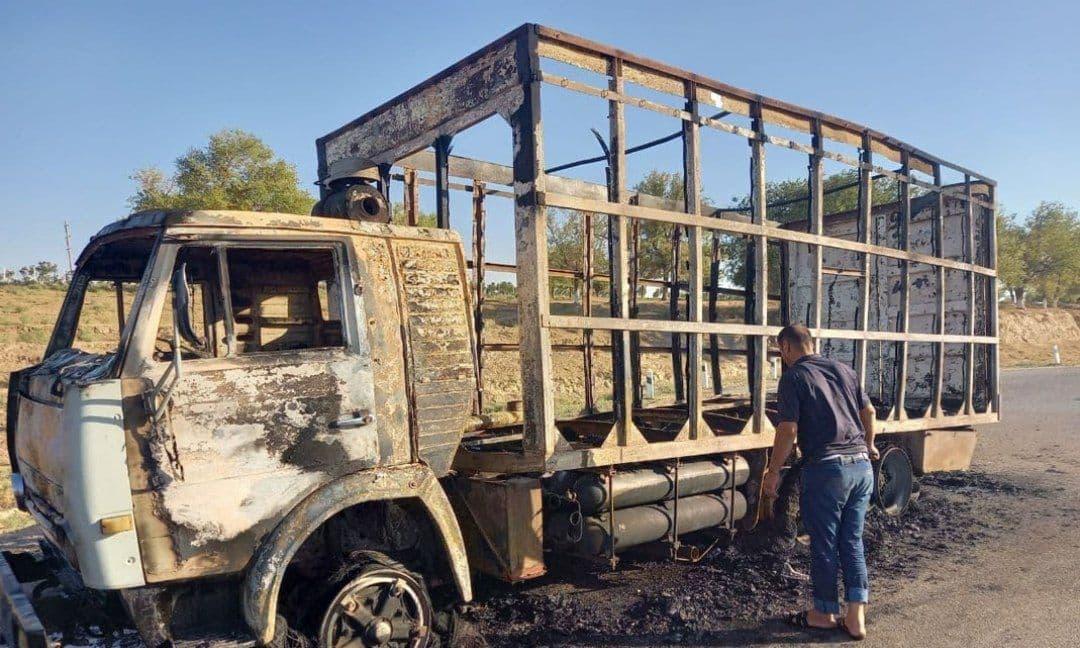 В Джизаке на ходу загорелся грузовик