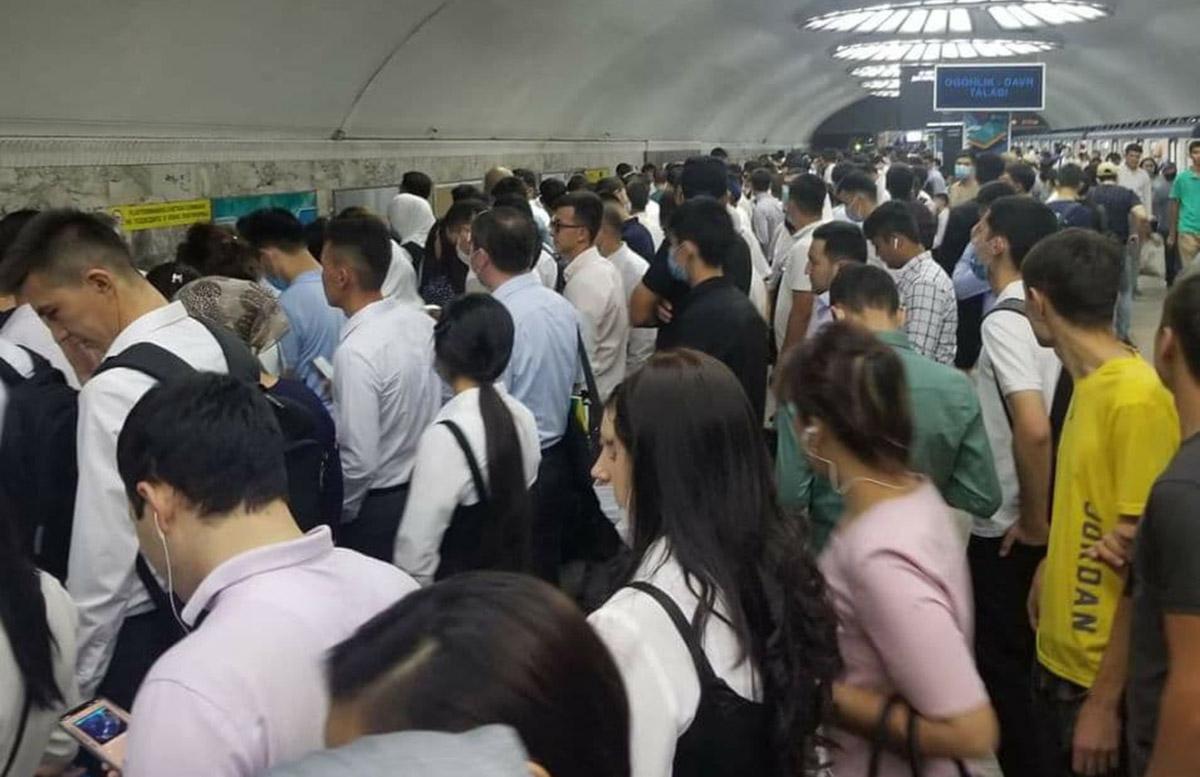 Жители столицы пожаловались на столпотворение в метро и большой интервал между поездами