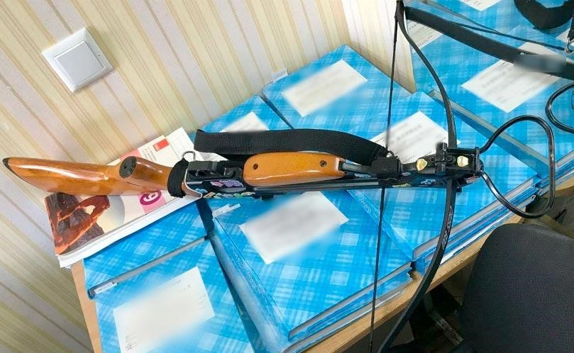 На Украине 19-летняя девушка ворвалась в свою бывшую школу и открыла стрельбу из арбалета