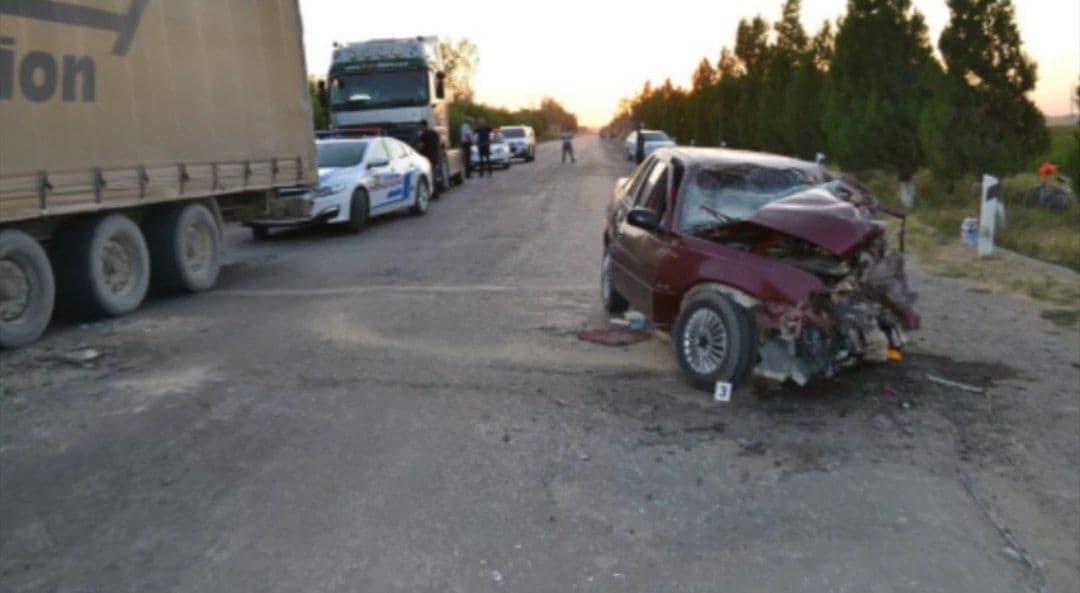 В Бухаре Nexia-2 выехала на «встречку» и врезалась в грузовик: есть погибшие