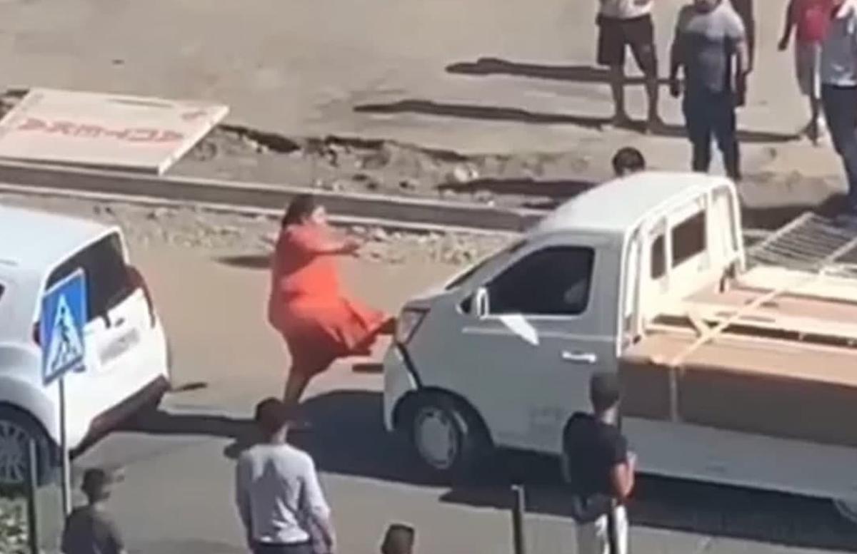 В столице мужчина на грузовом автомобиле нарочно сбил женщину — видео