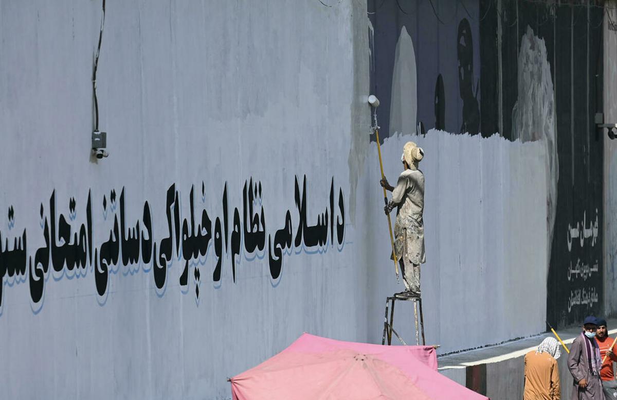 Талибы в Кабуле закрашивают уличные фрески и граффити