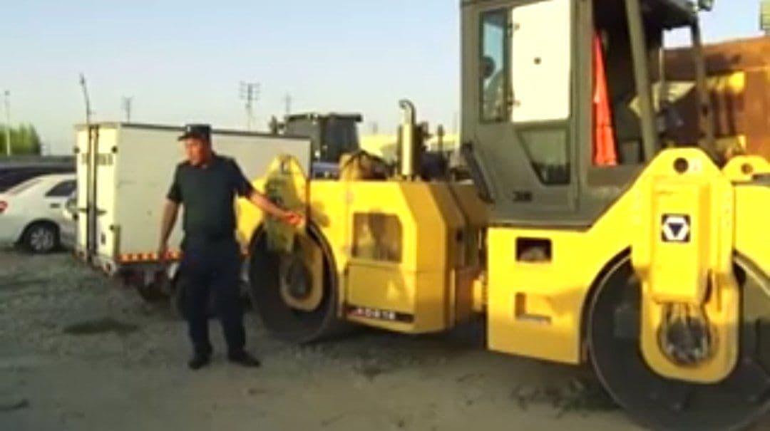 В Джизаке асфальтоукладчик сбил 6-летнего мальчика — видео