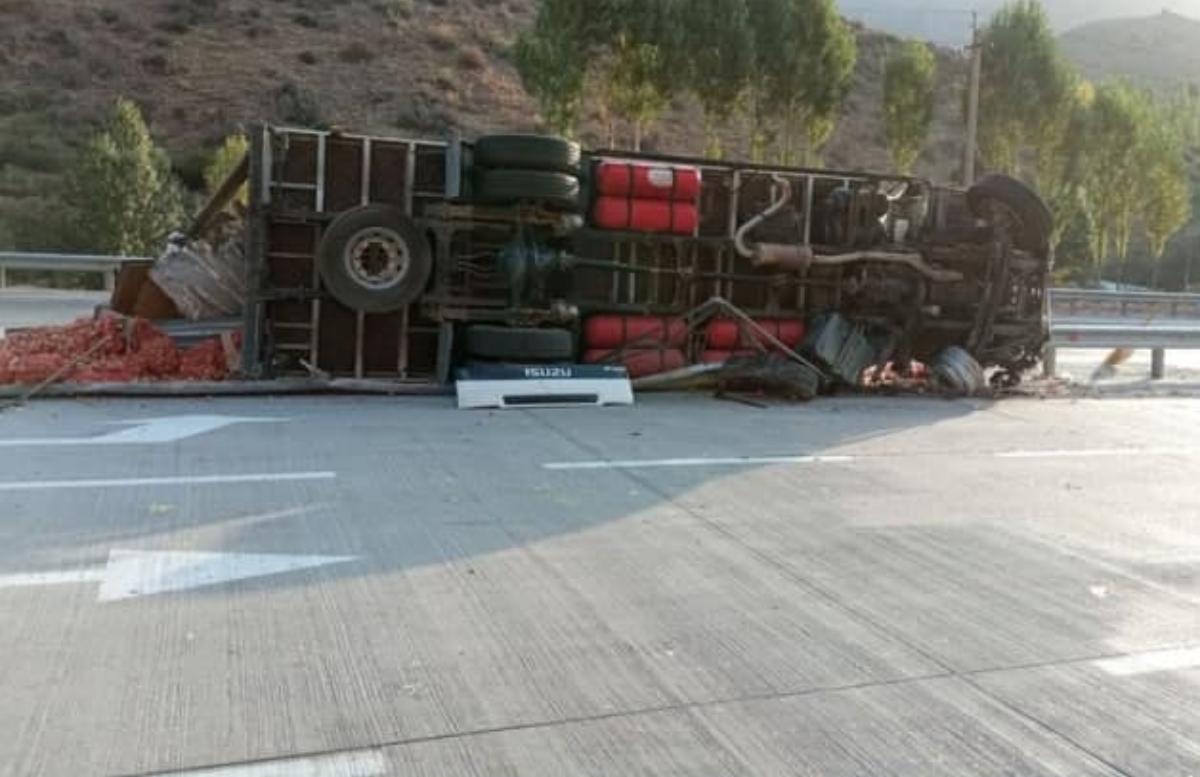 В Намангане перевернулся грузовик из-за отказа тормозов