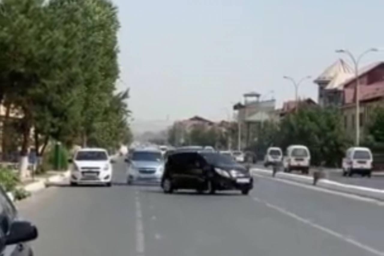 В Андижане Spark прокатился змейкой на дороге, заполненной потоком машин — видео
