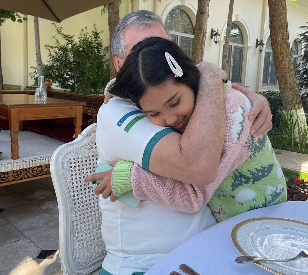Саида Мирзиёева опубликовала семейное фото своего отца и дочки