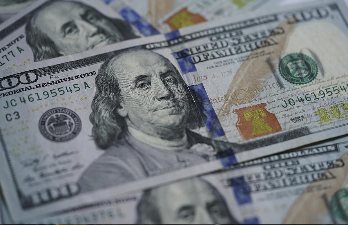Доллар слегка подешевел