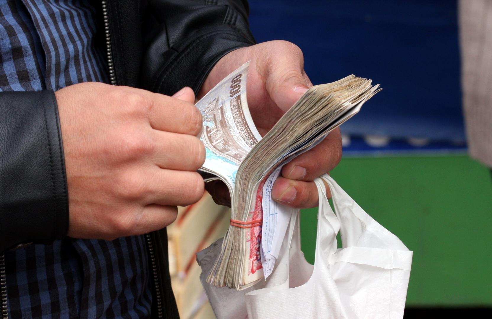 Узбекистанцы стали меньше получать зарплату наличными